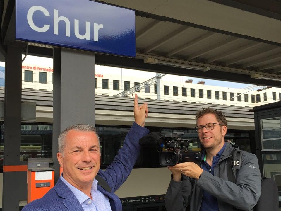 Reto Lipp zeigt auf Chur-Schild und wird dabei gefilmt.