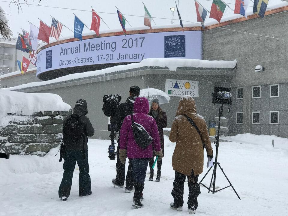 Kameracrew vor Kongresshaus Davos