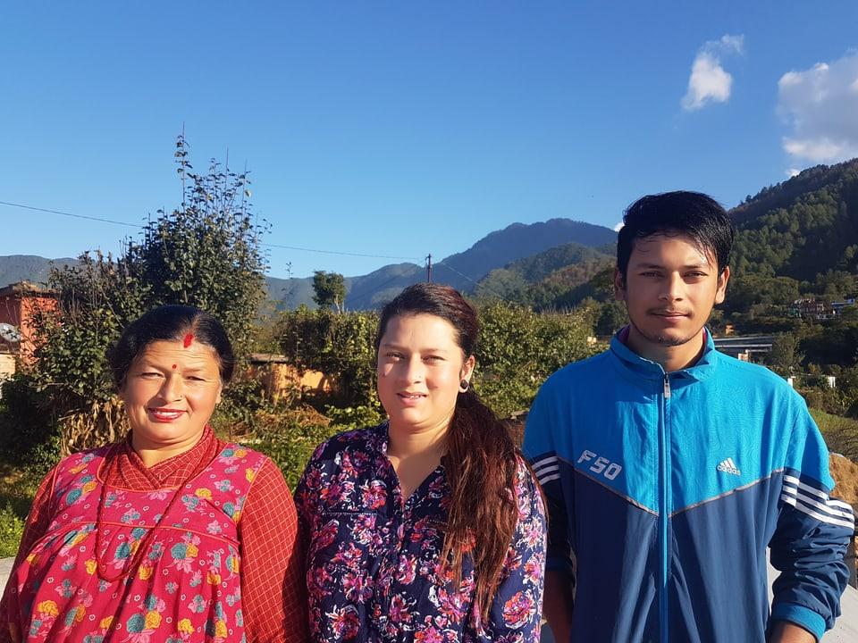Das Bild zeigt drei angehörige einer Familie.