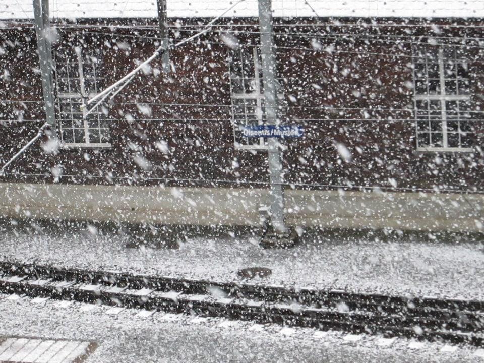 Wintergefühle im Mai: Bahnstation Disentis