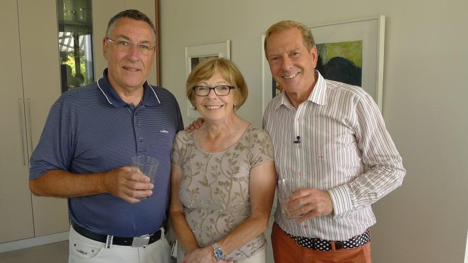 Zuhause bei Herrn und Frau Graf. Kurt Aeschbacher und Familie Graf stossen mit einem Glas  auf Frau Grafs Geburtstag an.