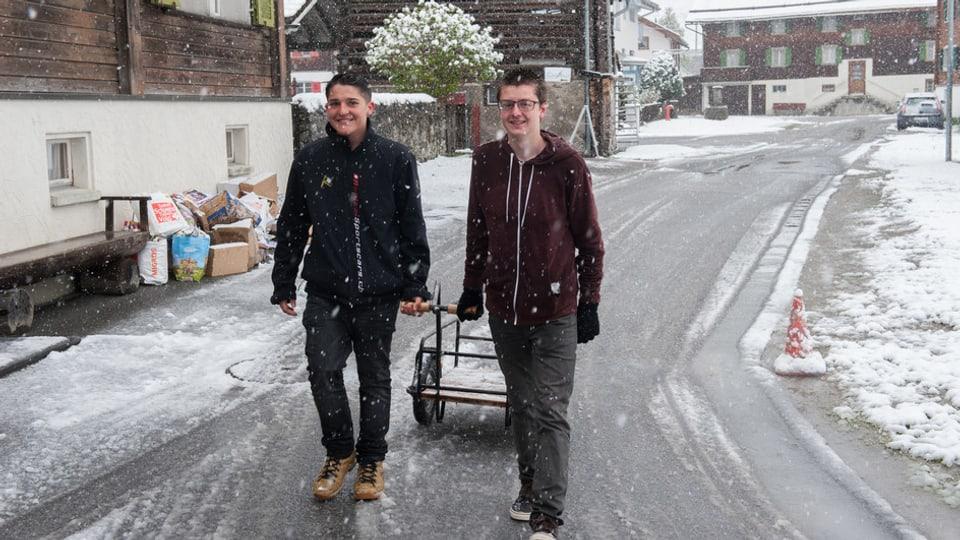 Seamus e Pierin van cun in char a rimnar il palpiri en las streglias da Trun.