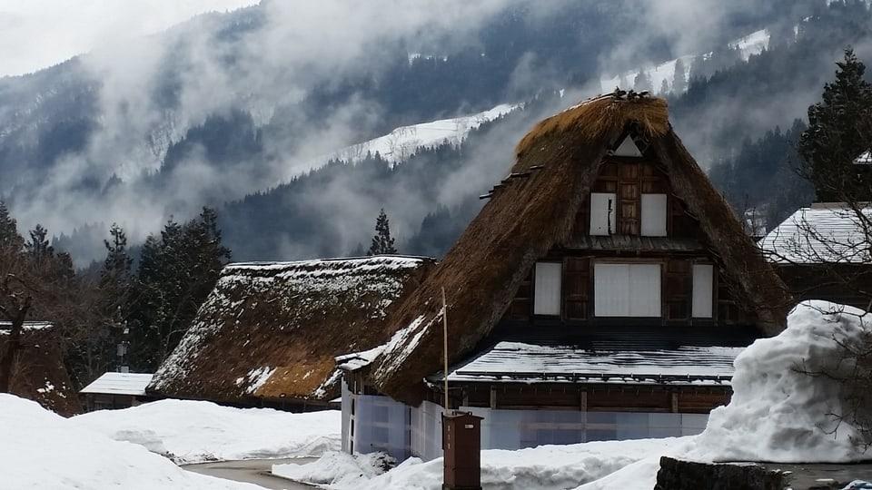 Das Bergdorf Ainokura mit den typischen Gassho-zukuri Häusern, mit Dächern aus Nusseibe-Ästen