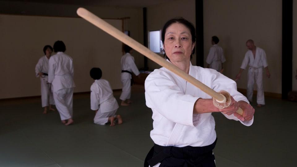 Aikido-Lehrerin Yoko Okamoto, 6. Dan, mit Holzschwert Bokken in Kyoto