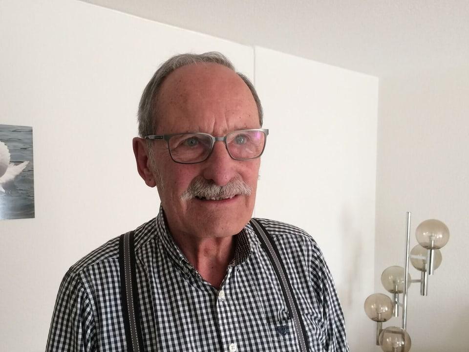 Pensionär PeterLüthy in seinem Wohnzimmer.