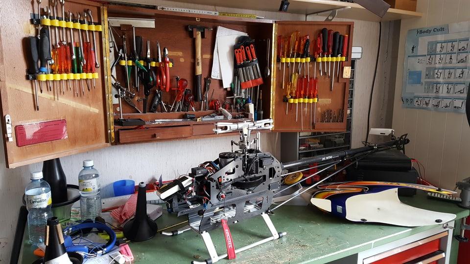 Helicopter da model senza cuverta sin ina maisa, davos ina stgaffa cun isaglia.