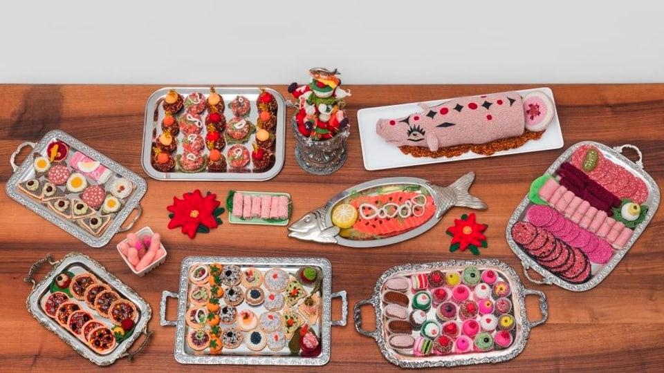 Tisch mit verschiedenen Häppchen.