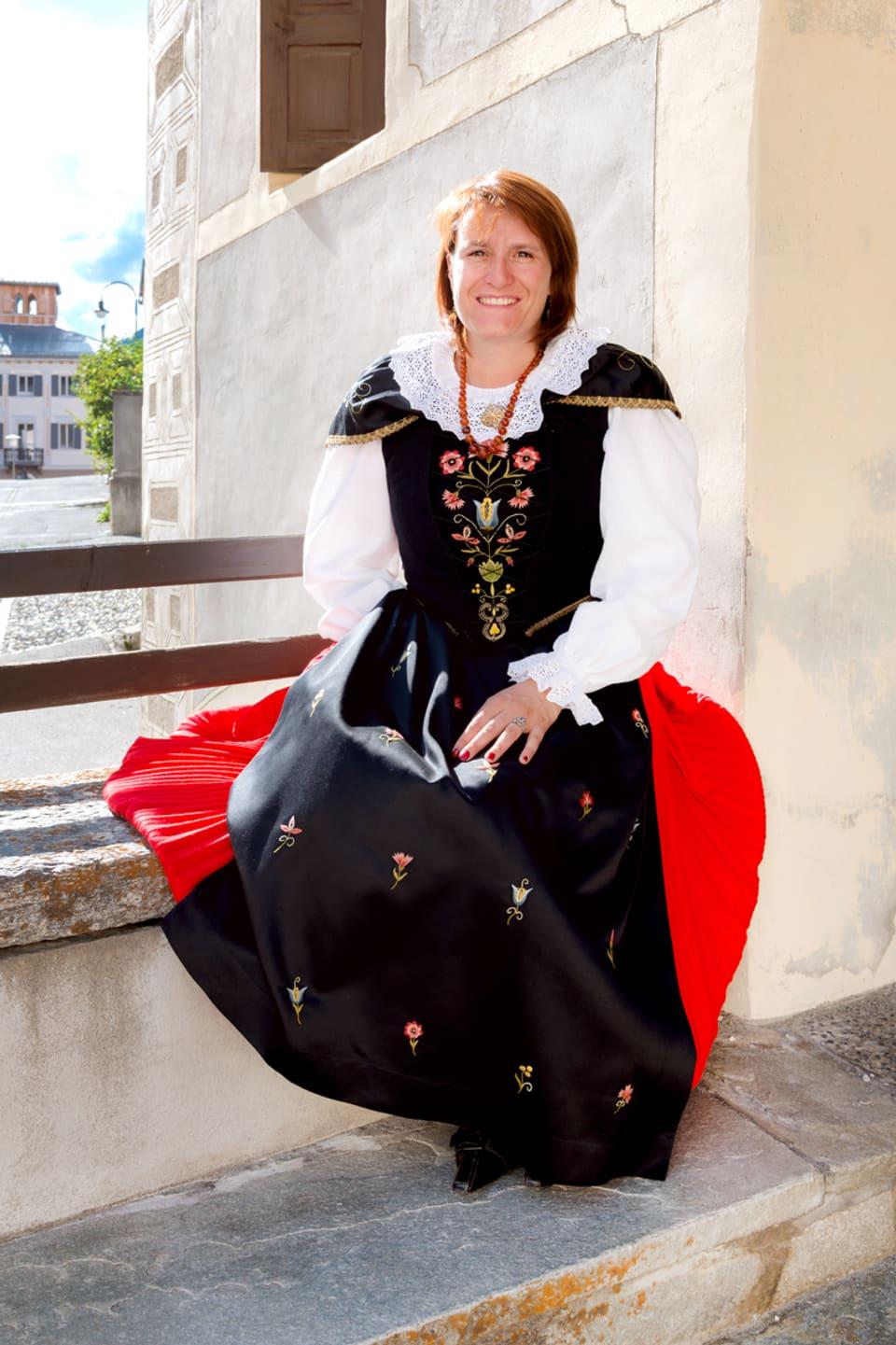 Heidi Laurent-Domenig en ses agen costum engiadinais.