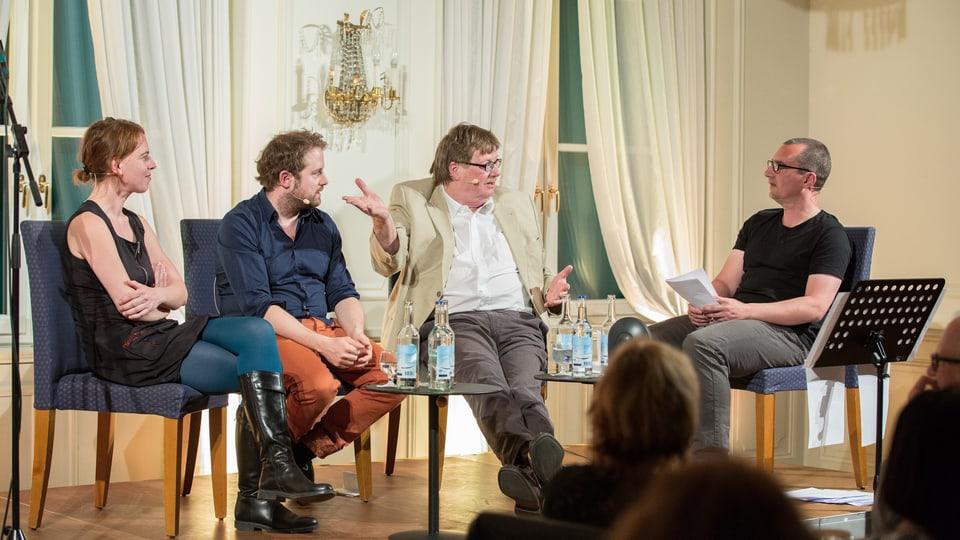 Illustre Runde: Uta Köbernick, Gabriel Vetter und Josef Zindel im Gespräch mit SRF 1-Satire-Redaktor Alexander Götz.