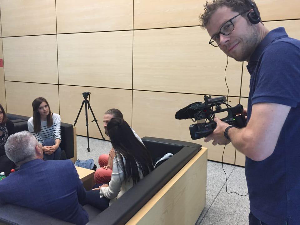 Kameramann filmt Gruppe.
