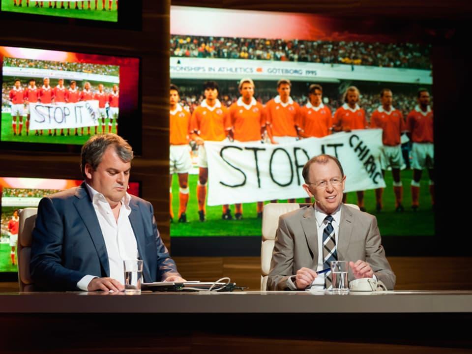 Die Schweizer Nationalmannschaft hält das Banner «Stop it Chirac»