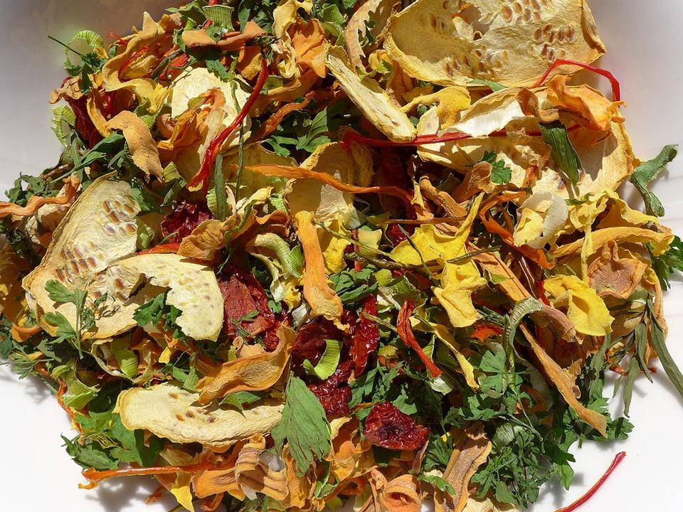 Gedörrtes Gemüse auf einem weissen Teller.