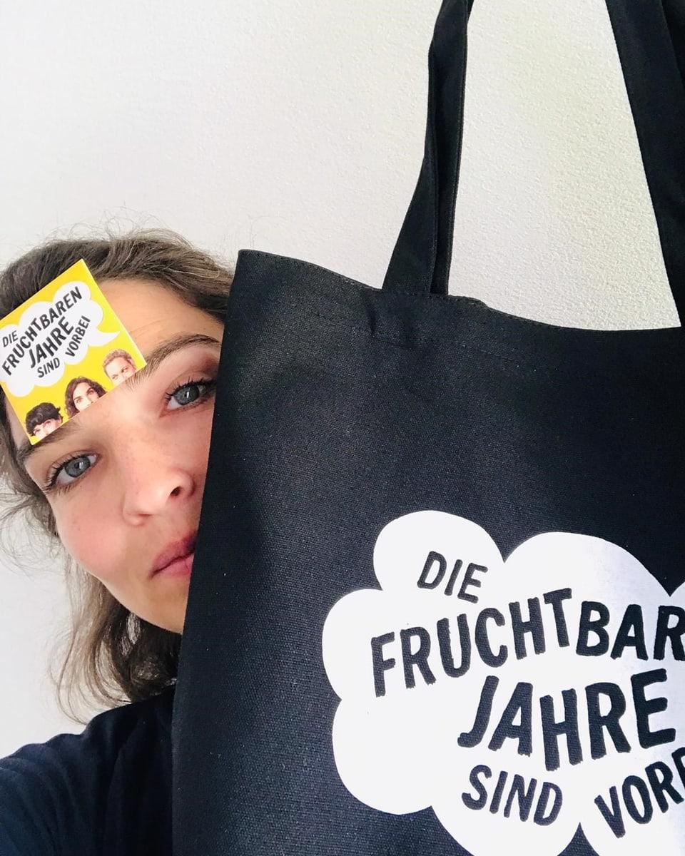 Michele Rohrbach mit Stofftasche