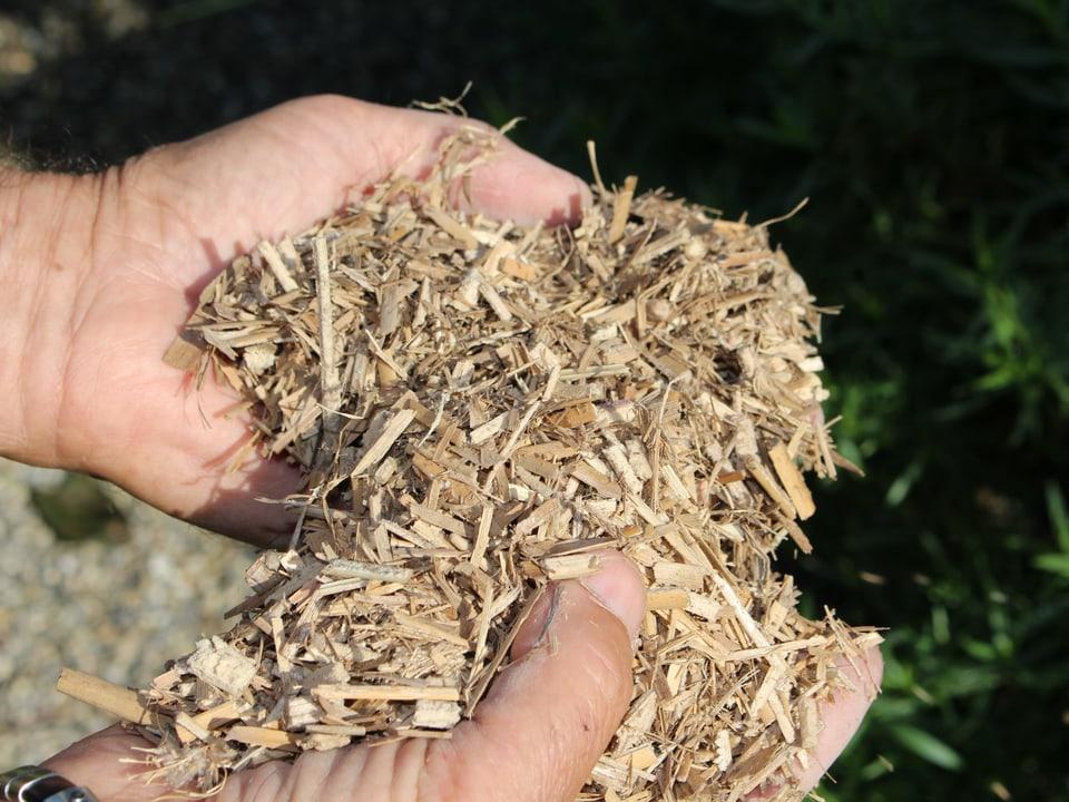 Zu feuchtes Kompostmaterial mit Häcksel mischen.