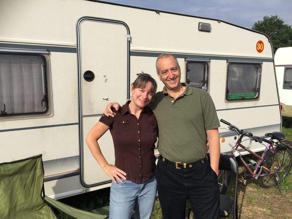 Henry Camus und Gaby Schmutz psoieren vor ihrem Wohnwagen.