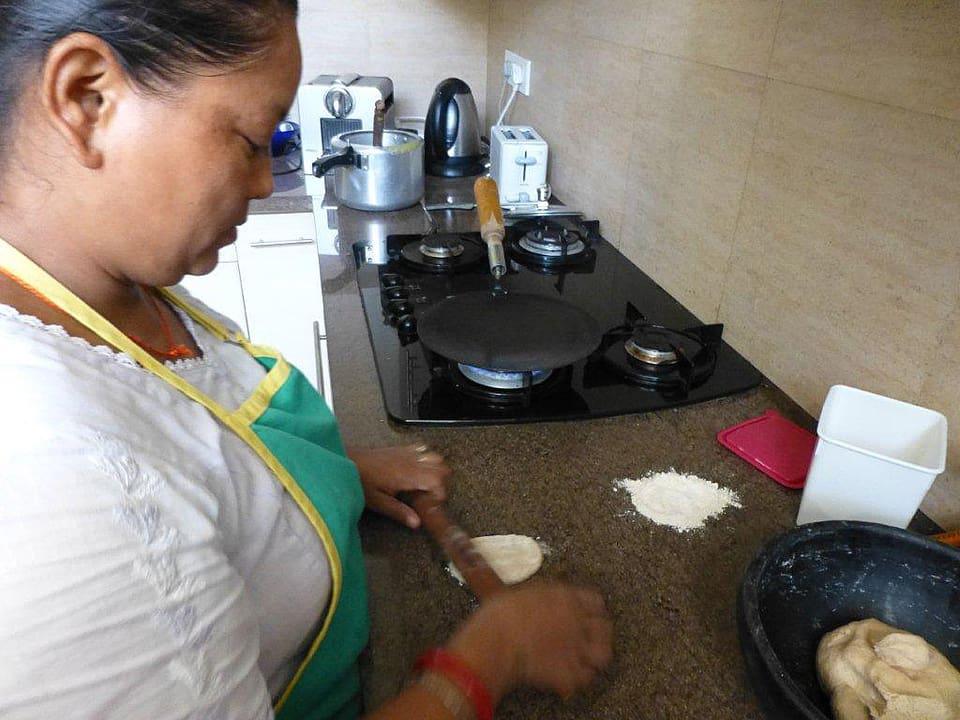 Haushälterin Maja wallt den Teig für das Fladenbrot.