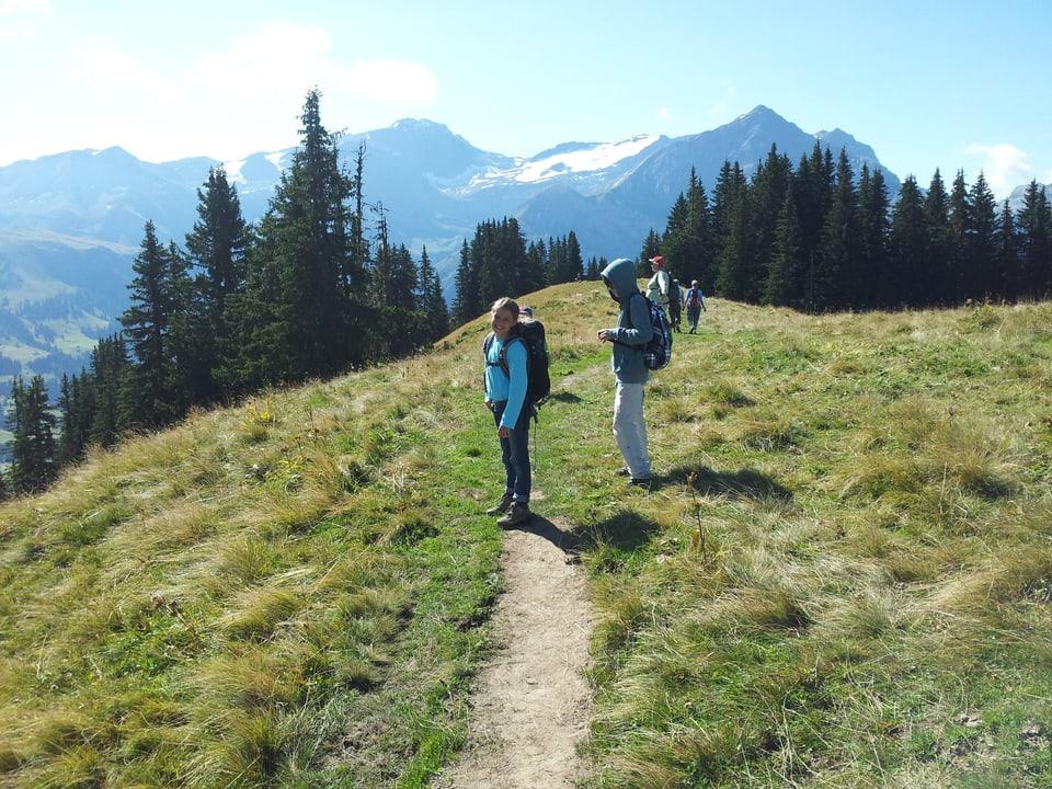 Pias Tochter (12)  und die beiden Söhne (10 und 5) auf dem Wanderweg.