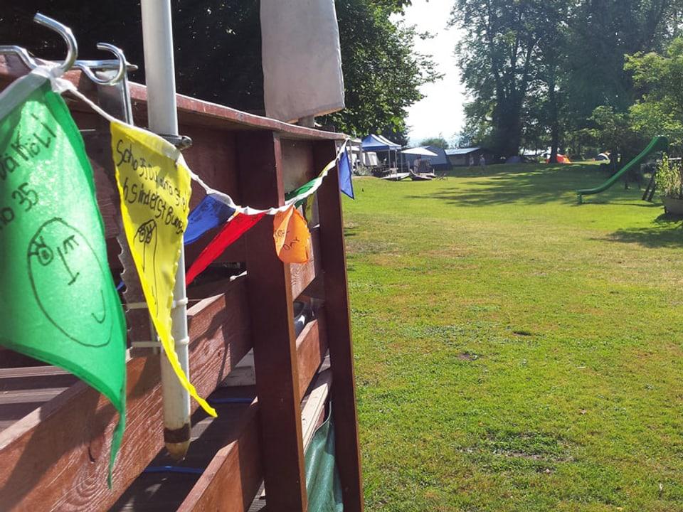 Blick auf eine Wiese auf dem Camping-Platz.