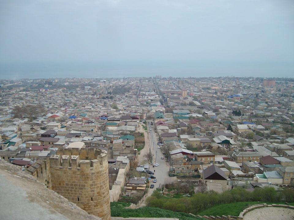 Blick von der Festung auf Derbent am Kaspischen Meer