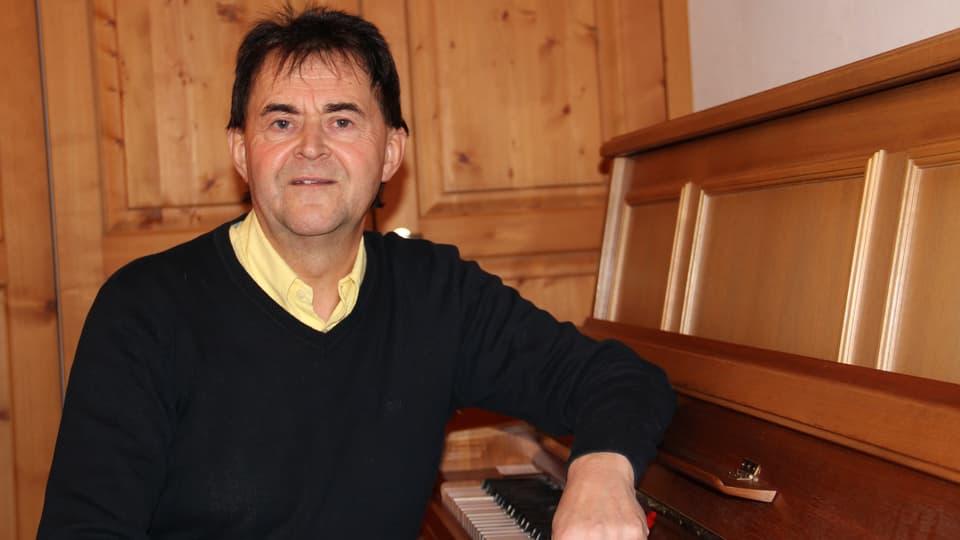 Purtret da Claudio Simonet – menader da la scola da musica Surselva.