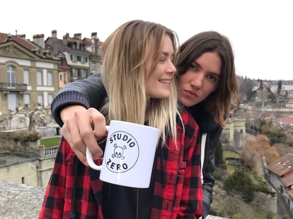 Tamy Glauser und Dominique Rinderknecht mit ihrer Tasser aus Paris