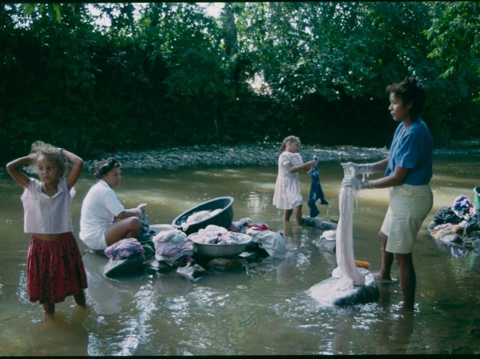 Waschtag im Norden der Dominikanischen Republik 1990 aus.