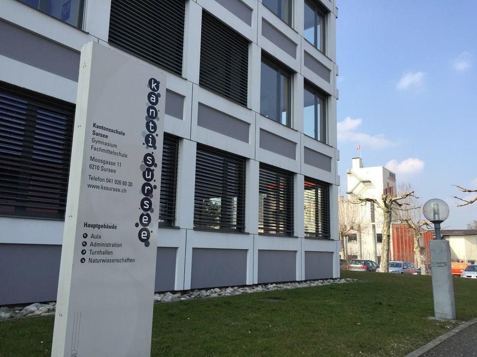 Schulhaus mit Tafel im Vordergrund: Kanti Sursee