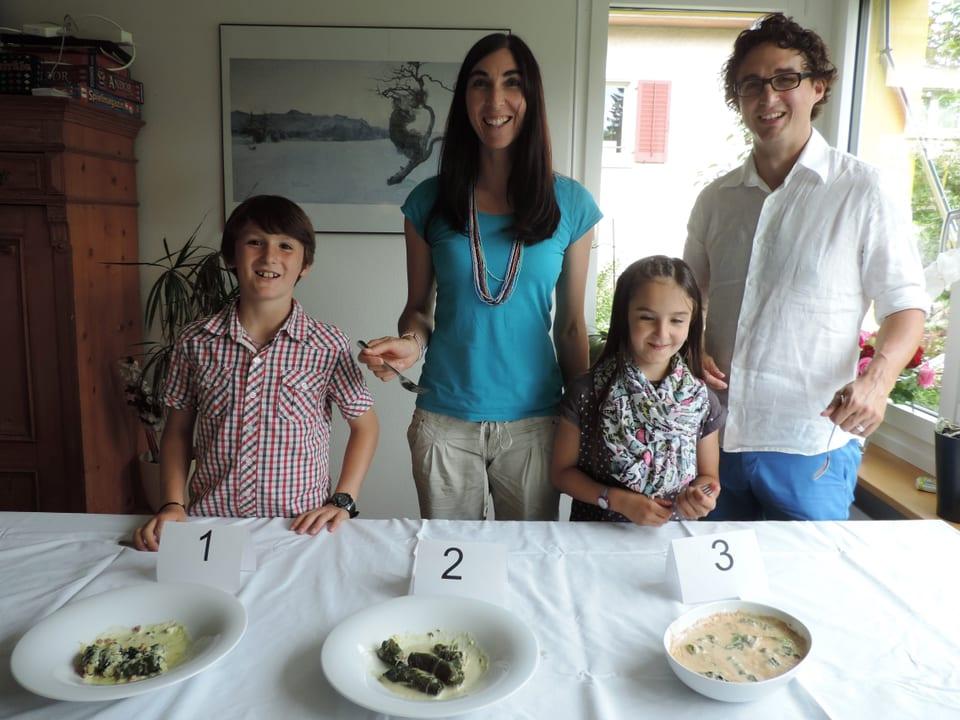 Famiglia Huonder-Hendry avant ina maisa cun differents capuns.