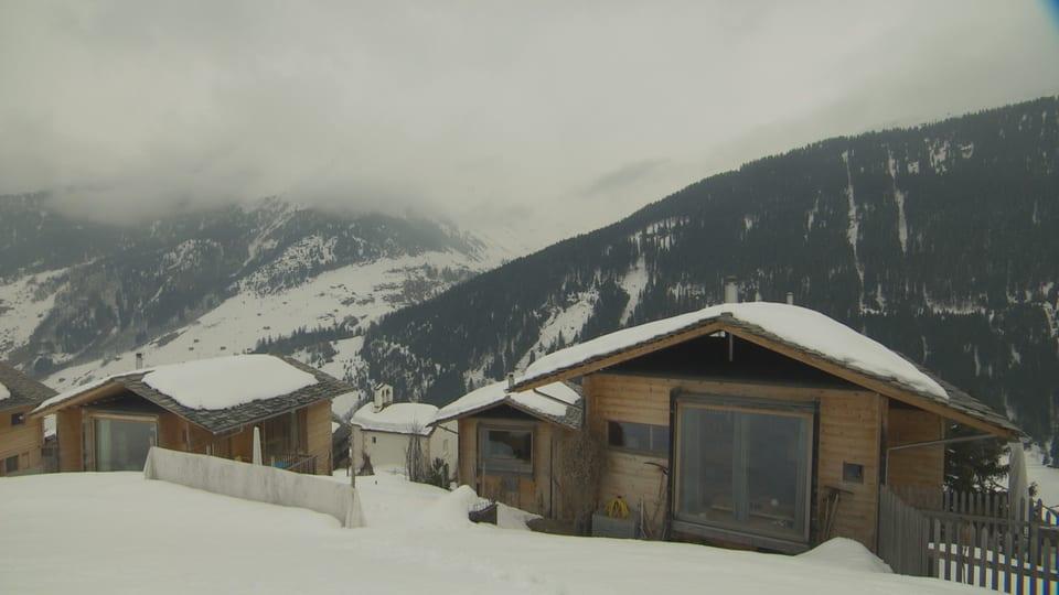 Vista da Leis en Val S. Pieder, in aclaun cun trais chasas da lenn.