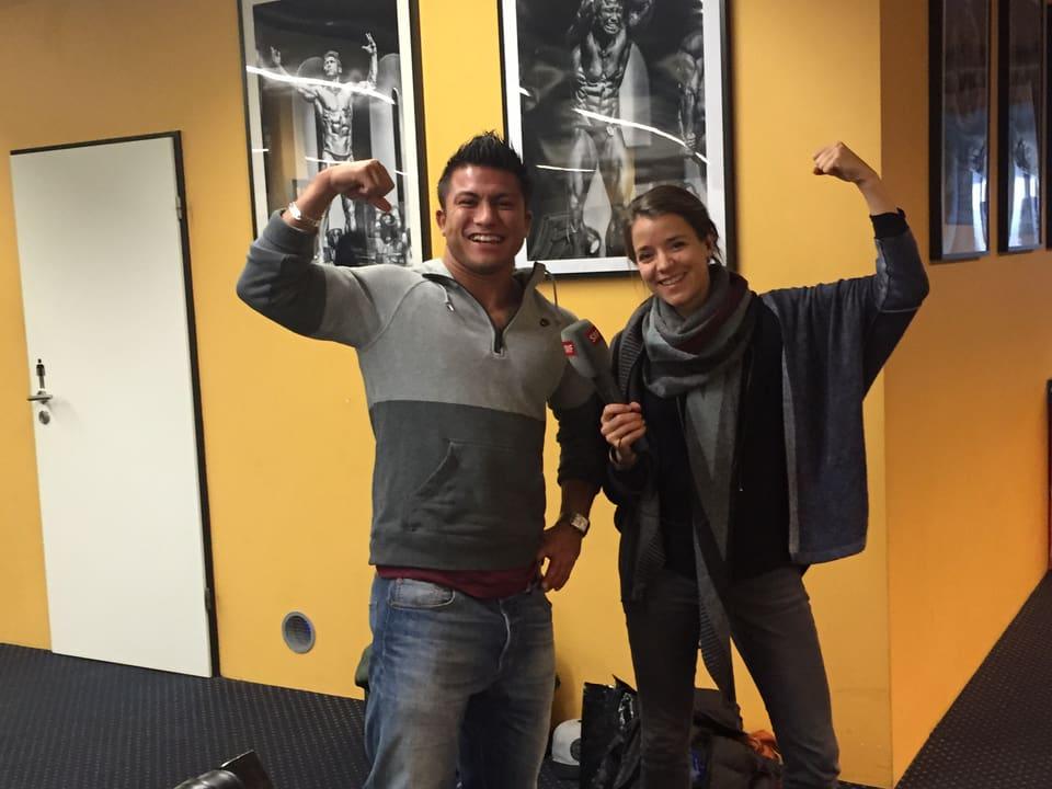 Florian Wolf und Reporterin Patricia Banzer posieren für ein Foto.