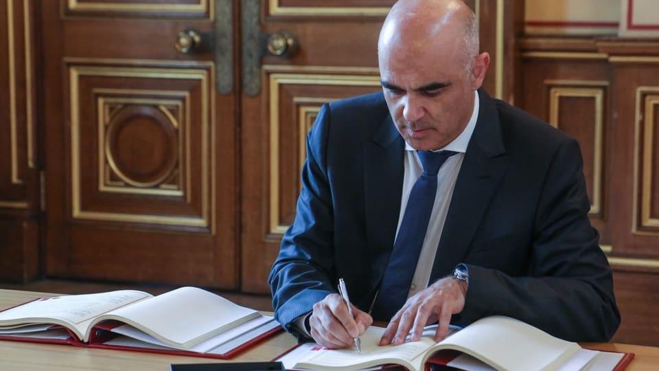 Berset unterzeichnet Sozialversicherungsabkommen in London