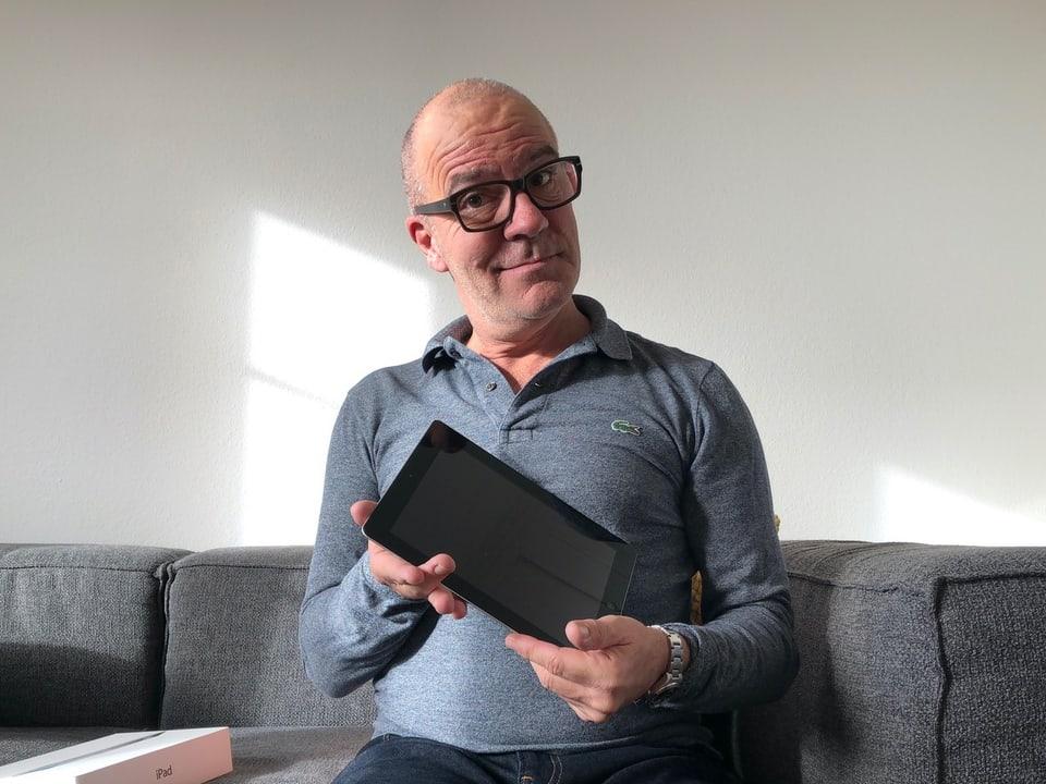 Comedian Guy Landolt mit iPad
