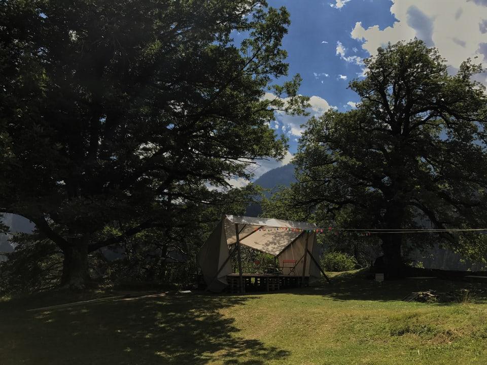 Die Openairbühne unter den Eichen auf der Burganlage Hohen Rätien.