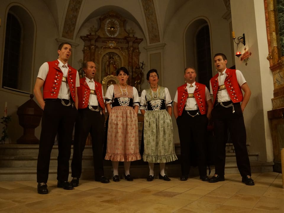 Jodlerclub Hirschberg in typischer Appenzellertracht im Kirchenschiff.