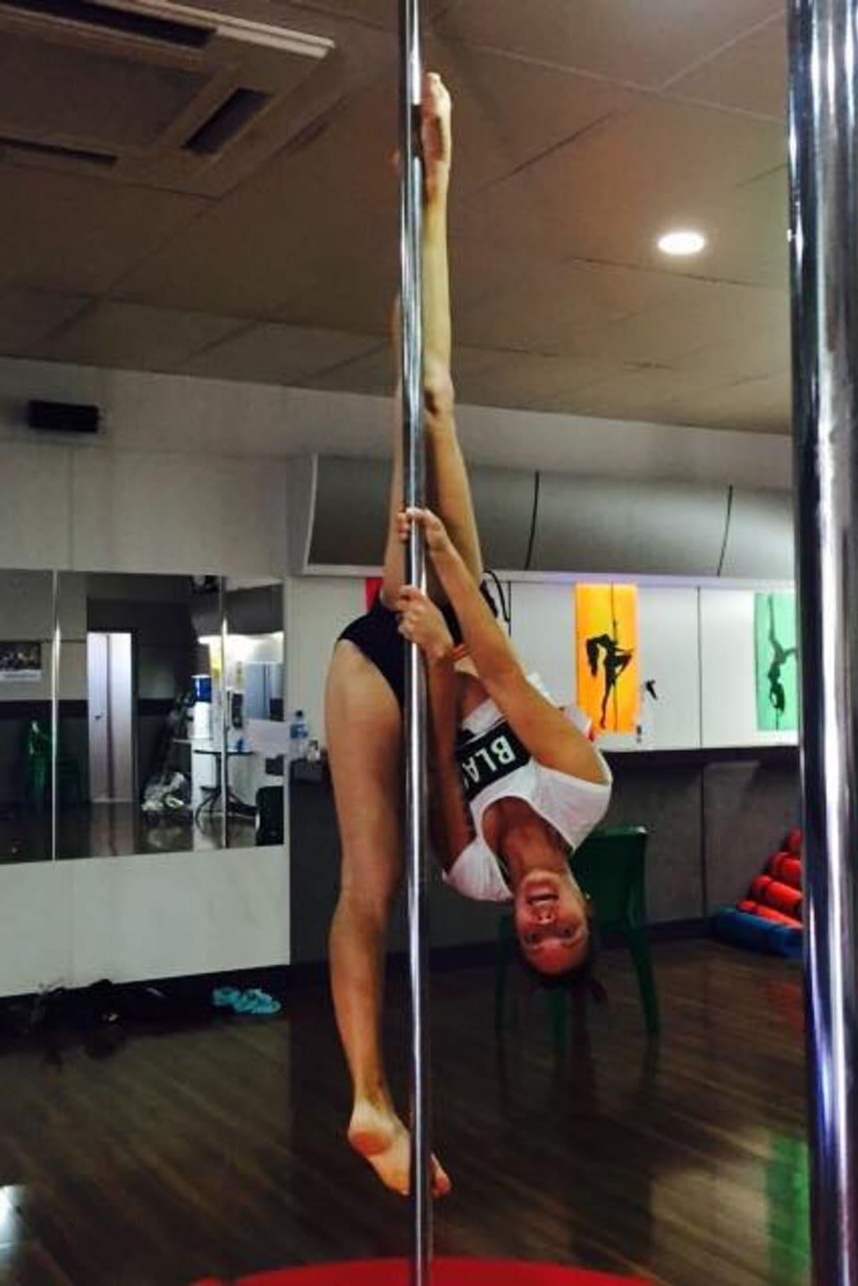 Dina Schmid in ihrem eigenen Pole Dance-Studio in Alice Springs.