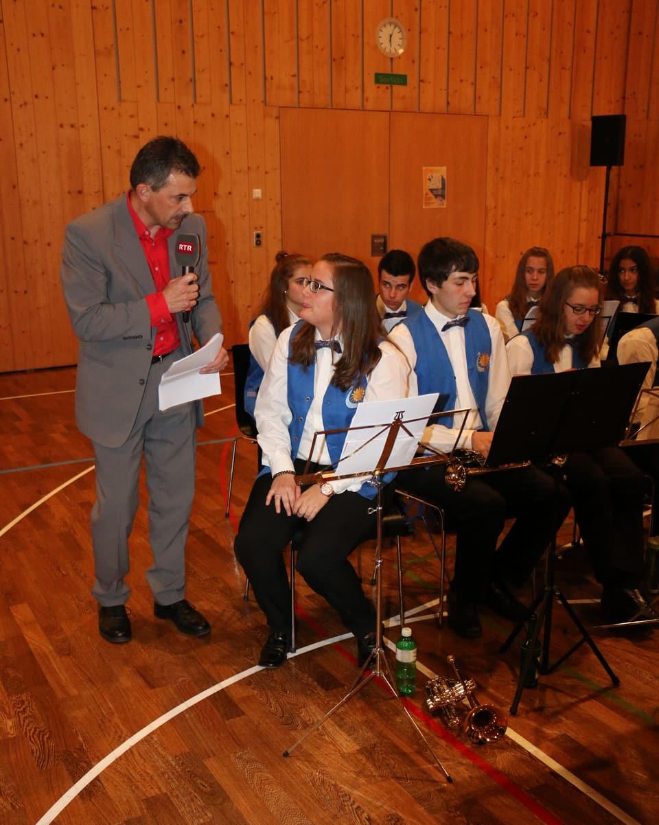 Hugo Schär durant ina intervista cun ina commembra da la musica giuvenila Lumnezia.