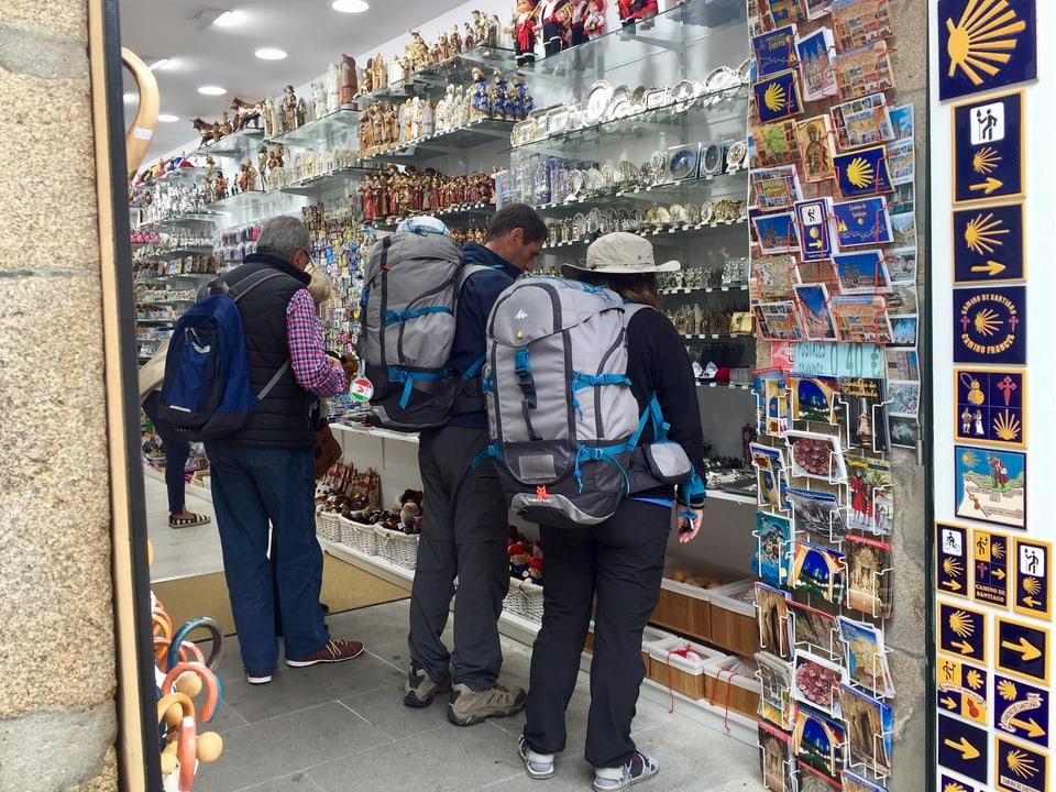 Pilger mit Rucksäcken in einem Souvenirshop