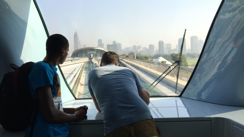 Kameramann Sergio Cassini filmt Dubai aus der futuristischen Metro.