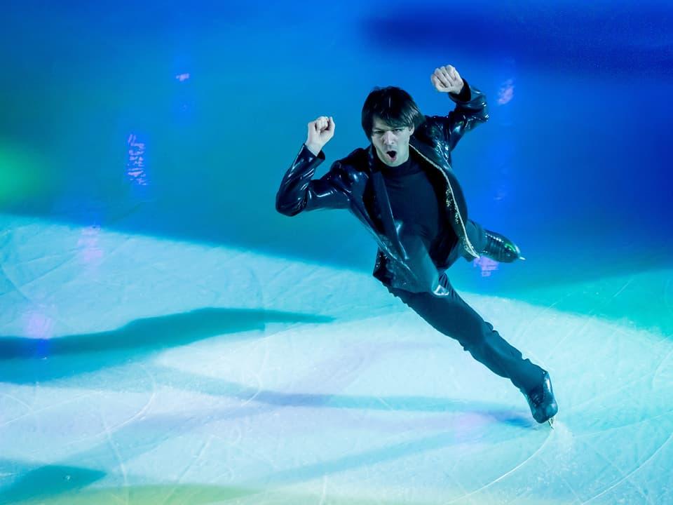 Publikumsliebling Stéphane Lambiel zeigt seine Show auf dem Eis.