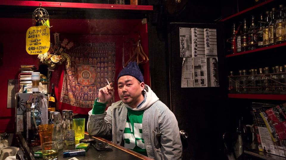 Barkeeper Yugo Matsukzaki im Vergnügungsviertel Golden Gai in Tokyo