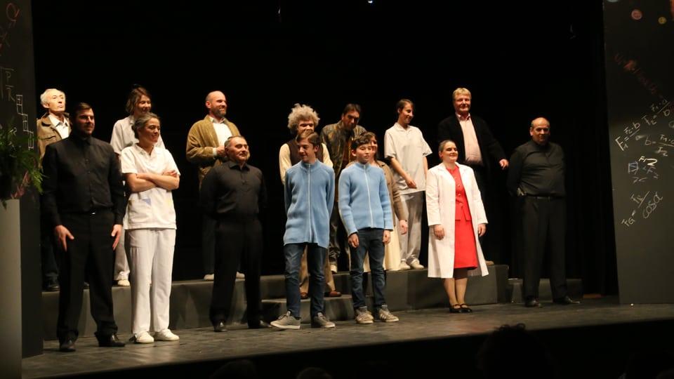 La gruppa da teater Valendau suenter la premiera gartegiada.
