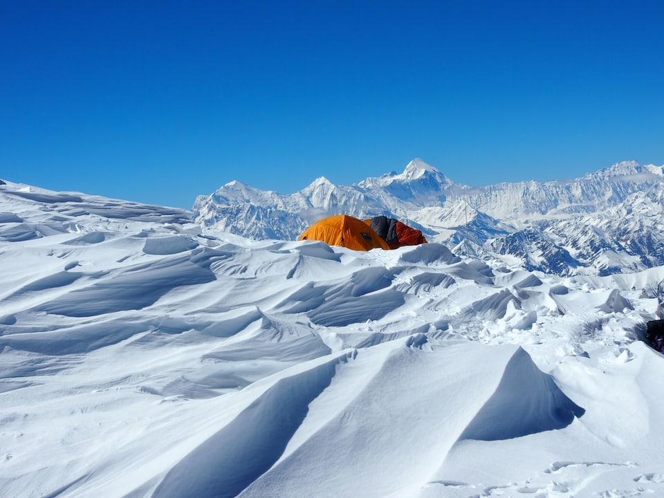 Zelte vor dem Gipfel.