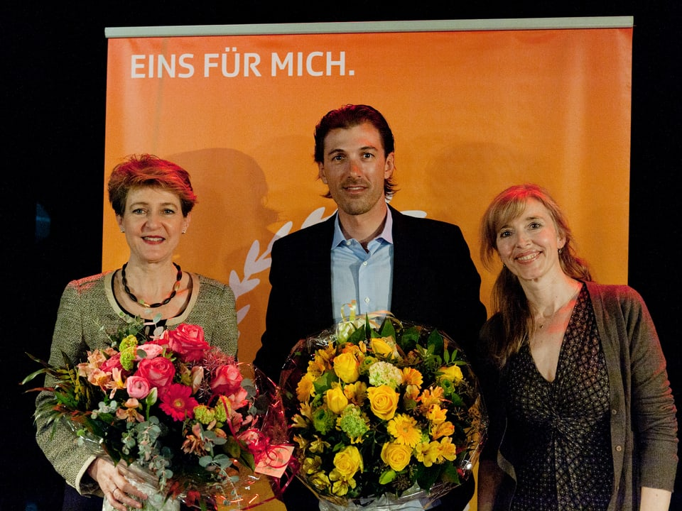 Simonetta Sommaruga, Fabian Cancellara und Anita Richner posieren für ein Gruppenbild.