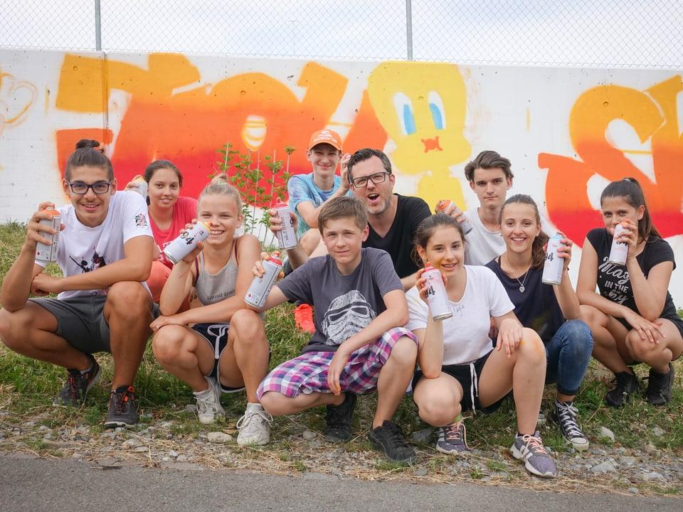 Haben ihre ersten Graffiti gemalt: Die Kids der ORS Hergiswil mit Wahlfach «Graffiti»