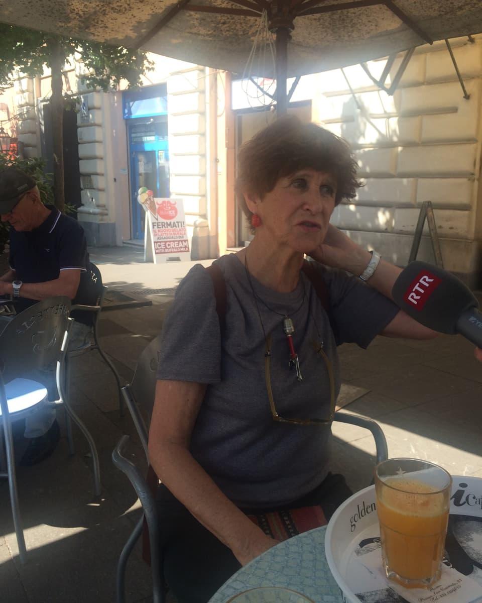 Pia Candinas raquinta da la vita a Roma sesend en sia bar preferida – Picchiotto. In lieu d'inscunter per ils indigens.