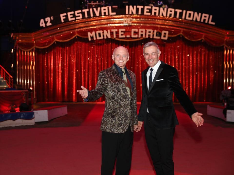 Rolf Knie und Dani Fohrler vor dem roten Vorhang.