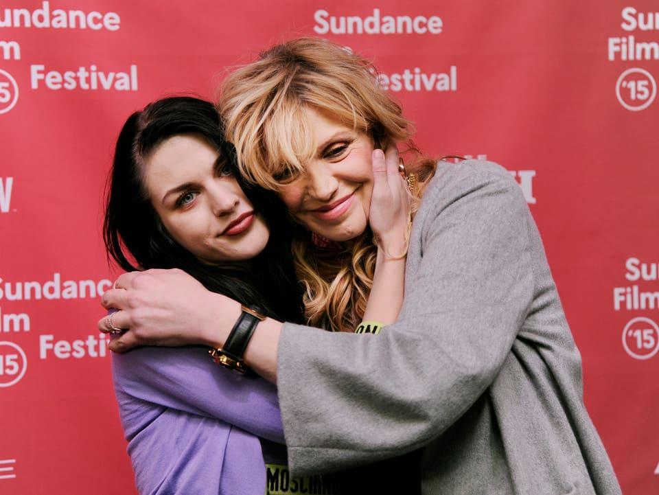 Frances Bean Cobain (links) und Courtney Love.