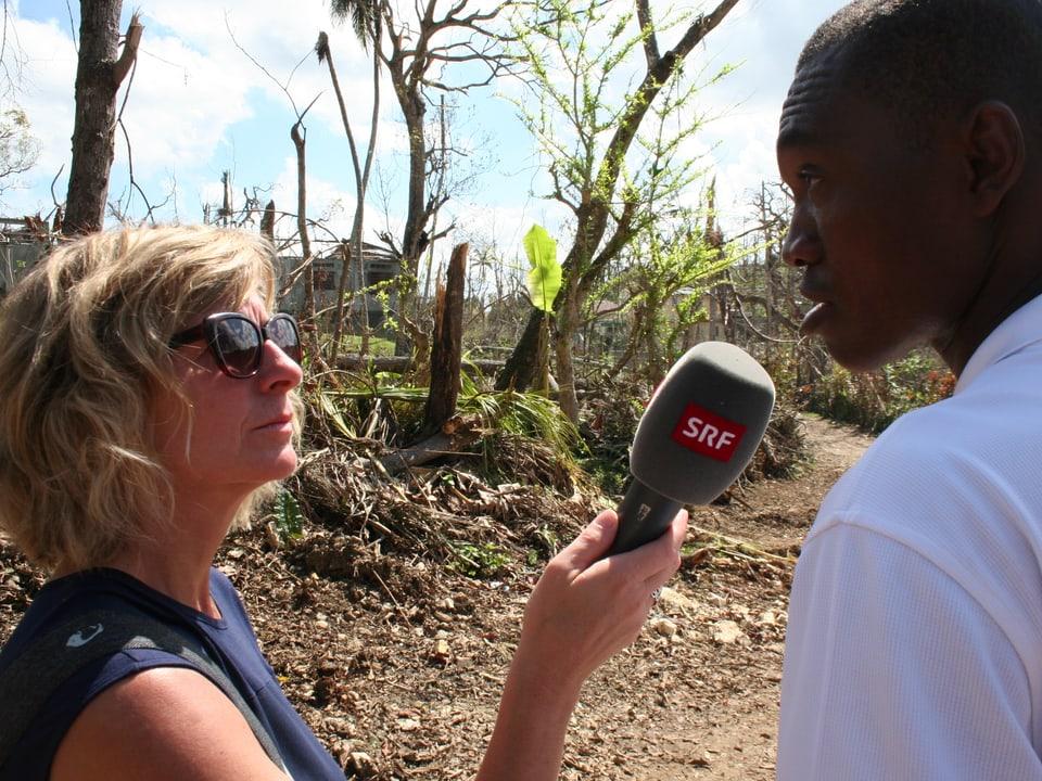 SRF 1- Redaktorin Ladina Spiess interviewt in Haiti Einwohner und Angehörige von Hilfsorganisationen.