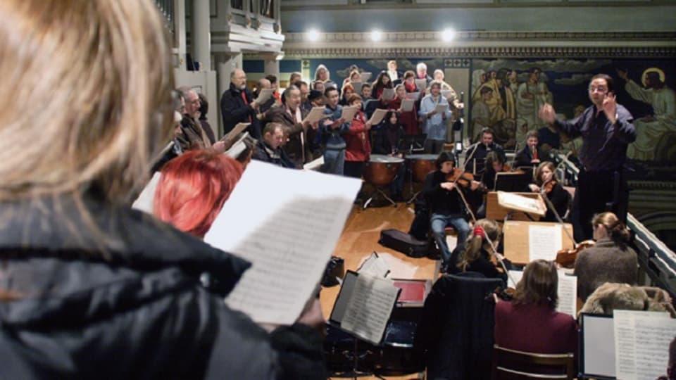 Prova d'orchester e chant en la baselgia Liebfrauen a Turitg.