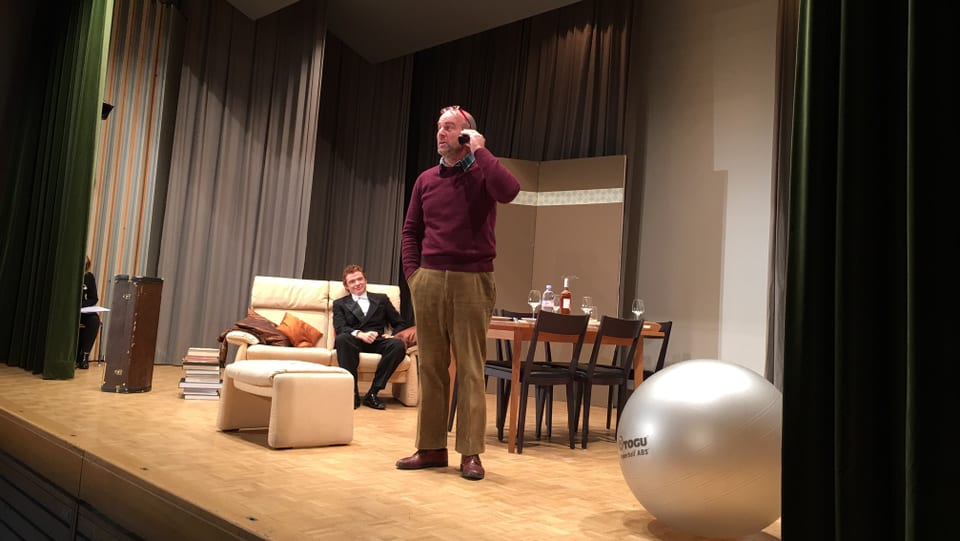 L'emprim toc da teater da la Biennala, «Der Vorname», perschentà da la gruppa da teater Valendau.
